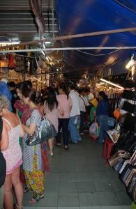 Op de Suan Lum Night Bazaar vind je talloze stalletjes met leuke koopjes.