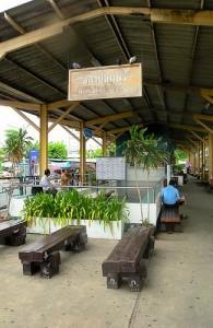 Het Thonburi Railway Station ligt aan de westkant van de Chao Phraya rivier.