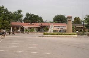 Het treinstation van Cha-am ligt aan de westzijde van de Pet Kasem Road.