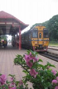 Vanaf het treinstation in Hua Hin kun je in 3 uur naar Bangkok reizen.