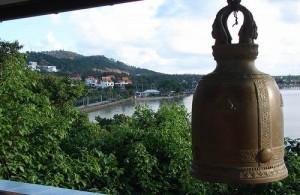Vanaf de tempel bij de Big Buddha heb je een mooi uitzicht over Bang Rak.