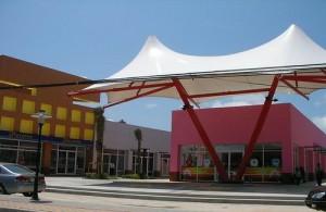 Tops Market Place is een modern winkelcentrum dicht bij het strand van Chaweng.