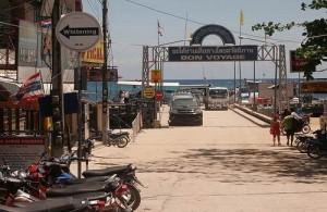 De veerboten vanaf het vaste land komen aan in Baan Mae Hat.
