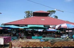 De Talad Lamai wordt dagelijks gehouden aan de Ring Road.