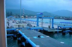 Veel veerboten komen op Koh Samui aan in Nathon.