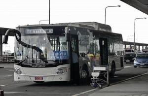 De gratis shuttlebus naar het PTC vertrekt op het vliegveld vanaf level 1.