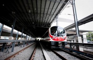 De rode Express Line gaat non-stop naar het centrum van Bangkok.