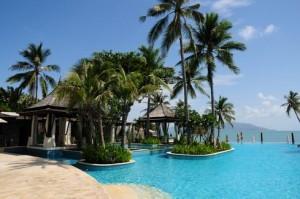 Het zwembad van het luxe 5 sterren hotel Melati Beach Resort.