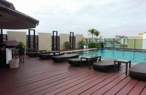 Het zwembad van April Suites.