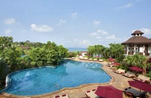 Luieren aan het zwembad van het Sheraton Pattaya Resort.