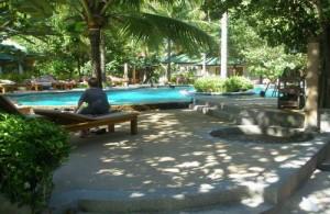 Luieren aan het zwembad van het Sand Sea Resort.