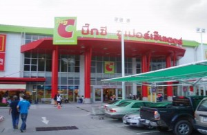 Op Phuket liggen diverse grote hypermarkets.