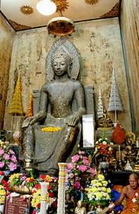 In het Wat Na Phta Men huist een zittend Boeddhabeeld in 'Europese houding'.