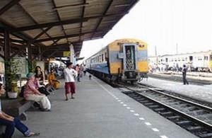 Vanuit Bangkok ben je met de trein in 1½ uur op het treinstation van Ayutthaya.