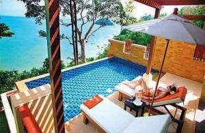 Vanuit het Crown Lanta Resort heb je een prachtig uitzicht over de Andaman zee.