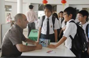 Op de scholen in Thailand is een groot tekort aan leraren Engels.