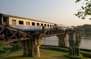 Je kunt de Bridge on the River Kwai zowel per trein als te voet passeren.