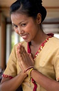 Een wai wordt gevormd door de vingertoppen en handpalmen tegen elkaar te houden.