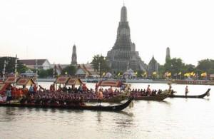 De Royal Barge Procession eindigt bij Wat Arun.