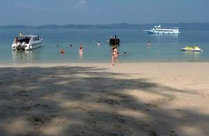 De meeste bezoekers op Koh Naka zijn dagjesmensen.