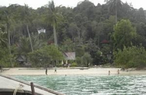 Het Tena Nakara hotel ligt direct aan het strand in het noordoosten van Koh Naka Yai.