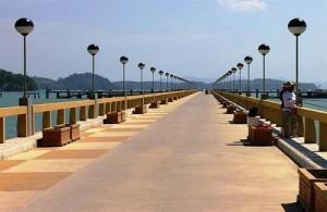 Vanaf de pier in Ao Por op Phuket kun je per long-tail boot of speedboot naar Koh Naka.
