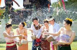 Een typische uiting van het Songkran feest is het gooien met water.