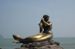 Het beeld van de kleine zeemeermin bij Samila Beach is een opvallende verschijning.
