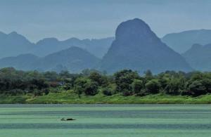 De bergen bij Nakhon Phanom liggen aan de andere kant van de Mekong rivier.