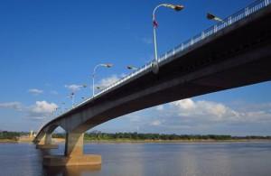 De third Thai-Lao Friendship Bridge verbindt Nakhon Phanom met Thakhek in Laos.