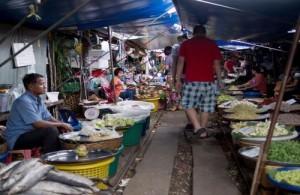 De lange en smalle markt van Mae Klong is gebouwd op en rond de spoorlijn.