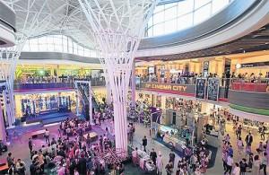 Het winkelcentrum heeft van binnen een moderne eigentijdse uitstraling.