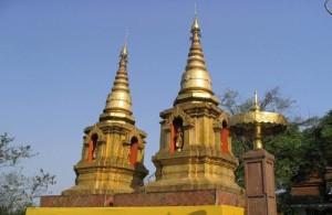 Volgens de overleveringen wordt in een van de chedi's het linkersleutelbeen van Boeddha bewaard.
