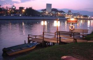 Chiang Mai ligt in een groene vallei aan de oevers van de Ping rivier en kijkt uit over de bergen in het noorden.