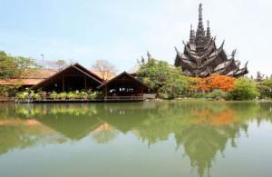 Het excentrieke Sanctuary of Truth is ongeveer 105 meter hoog.