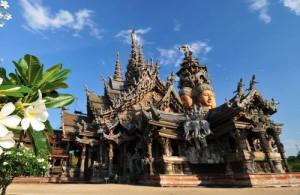 Het volledige gebouw is opgetogen met sculpturen van traditionele boeddhistische en hindoeïstische motieven.