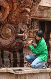 Thaise ambachtslieden en kunstenaars houden zich dagelijks op met hun prachtige kunstwerken.
