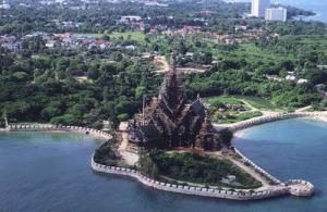 Het Sanctuary of Truth zorgt voor een indrukwekkend gezicht tegen de achtergrond van de Golf van Thailand.