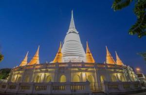 Een opvallend kenmerk van Wat Prayoon is de grote omgekeerde klokvormige chedi (pagode).