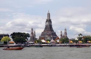 De markante Wat Arun gelegen aan de oever van de Chao Phraya rivier.