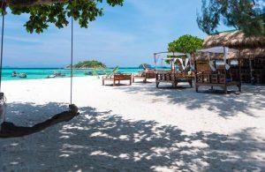 Lekker op het strand liggen bij het Koh Lipe Beach Resort.
