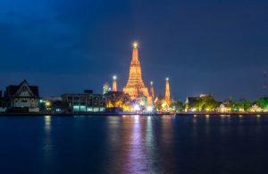 Wat Arun is gelegen aan de westoever van de Chao Phraya rivier.
