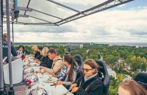 Een uur lang dineren op een hoogte van 50 meter.